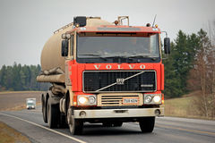 在路的红色富豪集团F12槽车 免版税库存图片