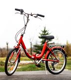 在路的红色自行车 免版税图库摄影