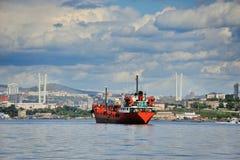 在路的红色船在符拉迪沃斯托克前 免版税库存图片