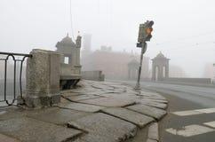 在路的红绿灯在桥梁附近 免版税库存图片