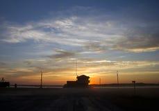 在路的美好的日落在西伯利亚、惊人的云彩和雾在地面 免版税库存照片