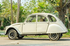 在路的老汽车在河内, 2016年12月12日的越南 免版税图库摄影