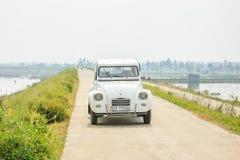 在路的老汽车在河内, 2016年12月12日的越南 免版税库存图片