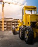 在路的老黄色马达平地机 免版税库存图片
