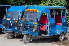 在路的自动人力车出租汽车 印度印第安rishikesh楼梯寺庙 免版税库存照片