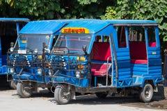 在路的自动人力车出租汽车 印度印第安rishikesh楼梯寺庙 图库摄影