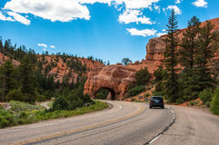 在路的自然曲拱在布赖斯峡谷,犹他,美国 免版税库存图片