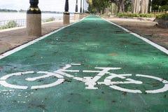 在路的自行车标志 库存照片