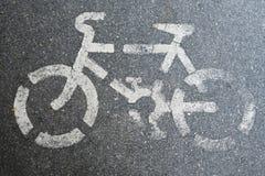 在路的自行车标志 库存图片