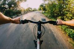 在路的自行车骑马 库存照片