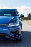 在路的蓝色汽车细节有速度迷离的 库存照片