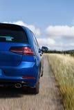在路的蓝色汽车细节有速度迷离的 库存图片