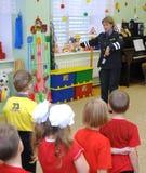 在路的规则的一个教训在幼儿园 免版税库存照片