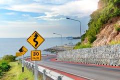在路的警告信号标志 免版税库存照片
