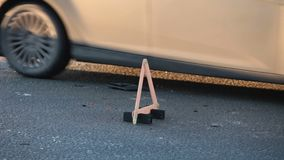 在路的警告的三角 股票录像