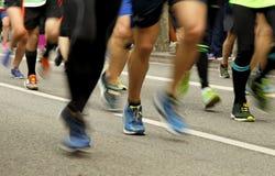 在路的赛跑者脚在迷离行动 免版税库存图片