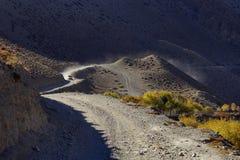 在路的越野车在Kagbeni村庄附近 库存图片