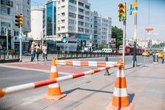 在路的路锥体 角度蓝色路标色彩视图宽 在伊斯坦布尔街道上的道路工程在土耳其 标志 公路交通 库存照片