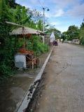 在路的边的老自行车 库存图片