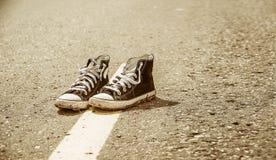 在路的运动鞋 免版税库存照片