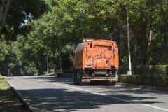 在路的道路清扫工在Pyatigorsk,俄罗斯 免版税图库摄影