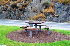 在路的野餐桌休息的 免版税库存图片