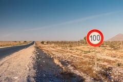 在路的限速标志 免版税库存图片