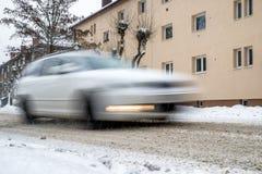 在路的雪灾难 驾车在冬天 免版税库存图片