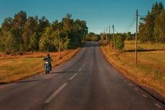 在路的骑自行车的人骑马 库存照片