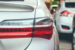 在路的高峰时间与汽车行的交通堵塞  免版税库存图片