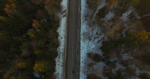 在路的鸟瞰图有在森林日落之间的汽车的 影视素材