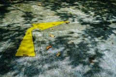 在路的黄色箭头交通标志 免版税图库摄影