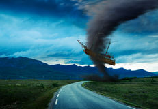在路的龙卷风 免版税库存图片