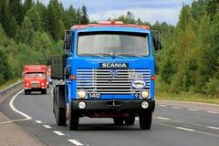 在路的经典蓝色斯科讷140翻斗卡车 库存图片