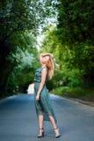 在路的年轻白肤金发的女孩跳舞 免版税库存照片