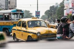 在路的黄色葡萄酒出租汽车在加尔各答,印度 免版税库存照片