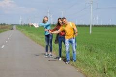 在路的年轻行家朋友旅行 库存图片