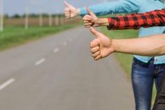 在路的年轻行家朋友旅行 图库摄影