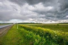 在路的Stormic天气 库存照片