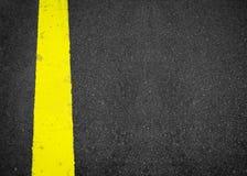 在路纹理的新的黄线,作为抽象背景的沥青 免版税库存照片