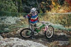 在路线停止的运动员mountainbiker 免版税库存照片
