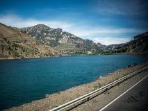 在路线旁边的湖 免版税库存照片