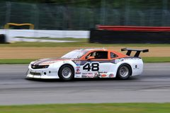 在路线的赞成雪佛兰Camaro赛车 免版税图库摄影