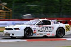 在路线的赞成Ford Mustang赛车 库存图片
