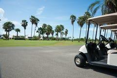 在路线的高尔夫车。 免版税库存照片