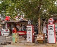 在路线66亚利桑那,美国的老加油站 库存照片