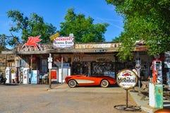 在路线66的古色古香的百货商店有减速火箭的葡萄酒泵浦的 免版税库存图片