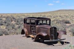 在路线66的老生锈的1931年Studebaker在亚利桑那 免版税库存图片