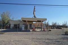 在路线66的老被放弃的加油站 库存照片