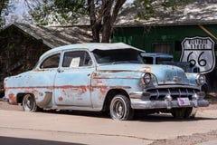在路线66的年轻汽车 免版税库存照片
